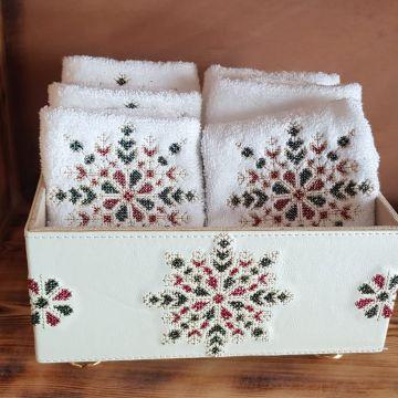 Coffret en simili cuir plus 6 serviettes brodées 30/30cm