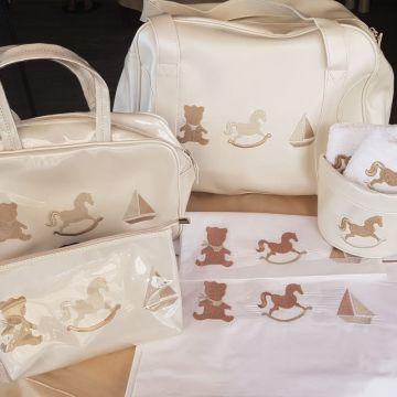 Trousseau de bébé composé de 3 sacs, un drap plus taie d'oreiller et poche avec 3 serviettes